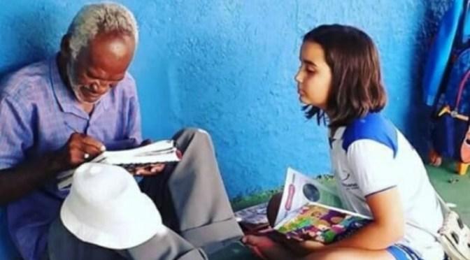 NIÑA DE 9 AÑOS ENSEÑA A LEER Y ESCRIBIR A UN HOMBRE DE 68 AÑOS