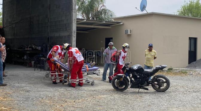 MOTOCICLISTA RESULTA LESIONADO AL SER DERRIBADO POR UN VEHÍCULO.