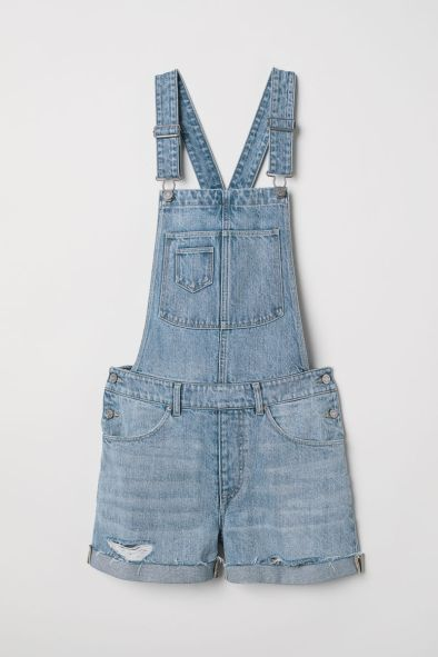 Take a look at this chic overalls style!