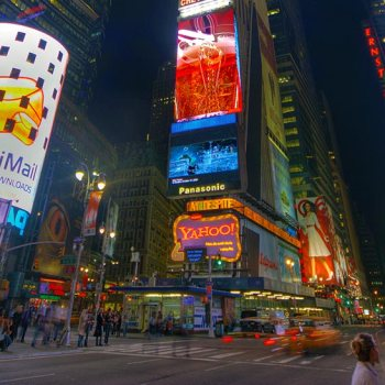 New York. Times Square Garden à noite.