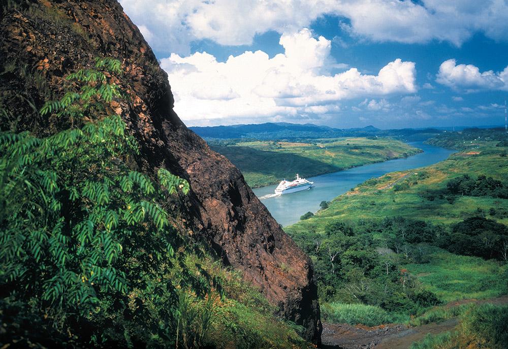 Seabourn_Spirit_Transitting_the_Panama_Canal