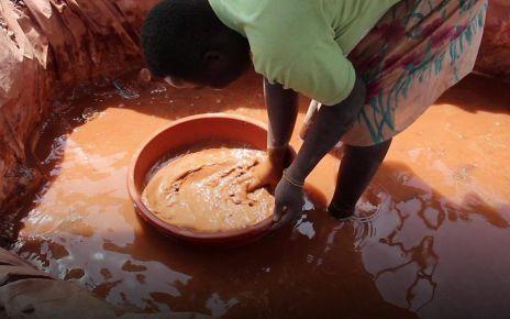 97263027 p05bx04j - Ugandan gold rush stopped by authorities