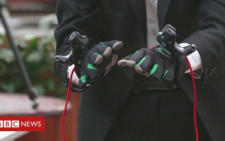 102295560 p06cpcq4 - Haptic gloves help blind people to 'see' art