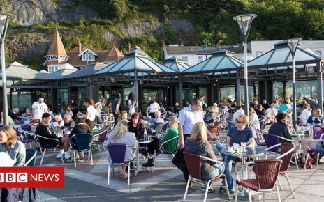 103793402 drinkersgettyimages 629454273 1 - Hot summer gives boost to UK economy