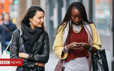 103838262 women walking - Diverse and decisive