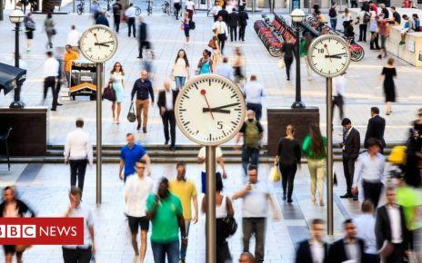 105700097 commutersgetty - Slight fall in UK unemployment total