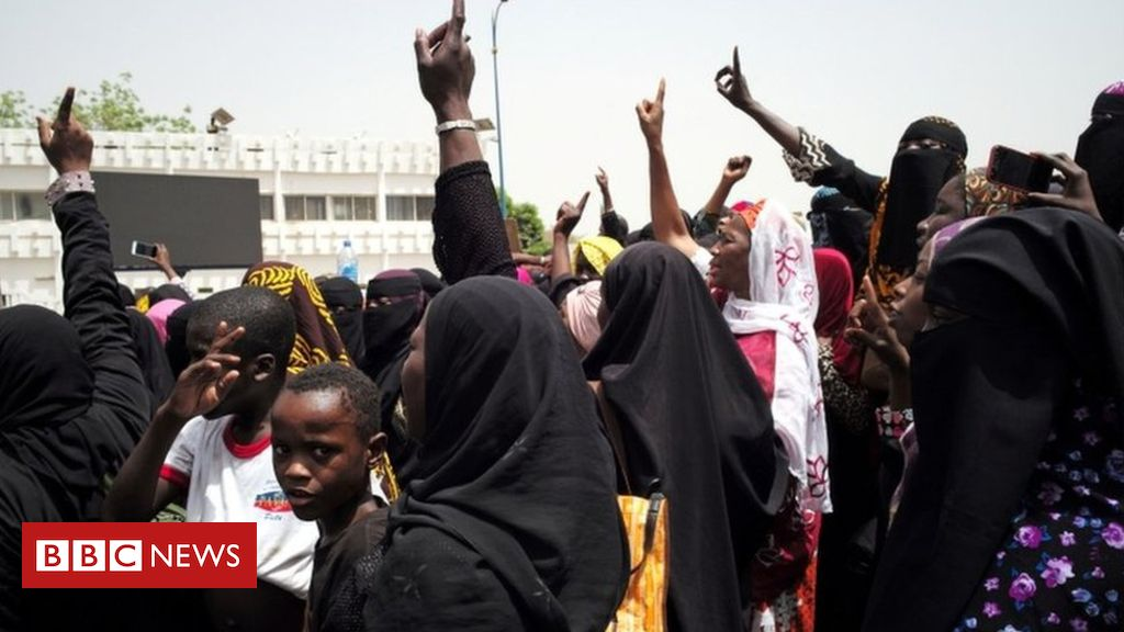 106517203 053343753 1 - Mali violence: PM and entire government resigns