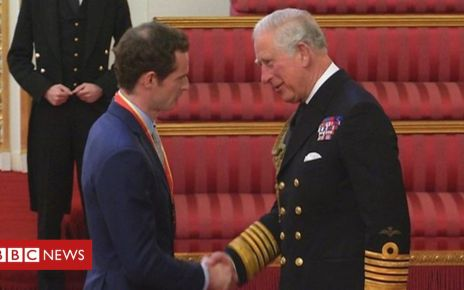 106985947 p079dftl - Sir Andy Murray receives knighthood at Buckingham Palace