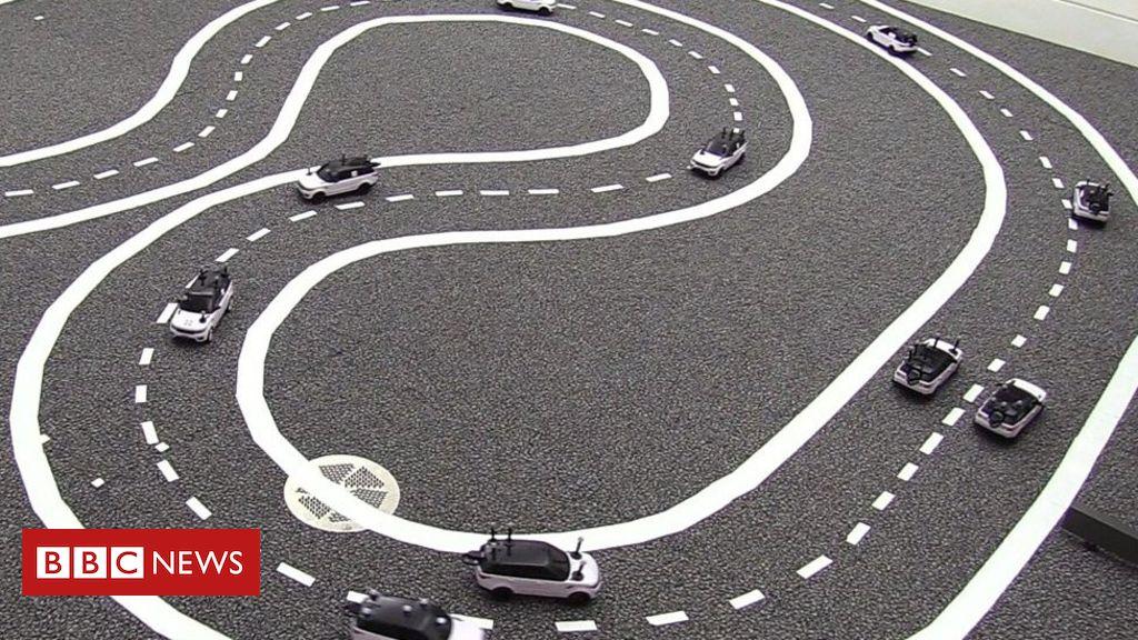107054135 p079xdsg - Driverless cars: Cambridge University model cars 'talk' to avoid jams