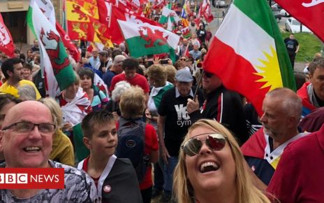 108085382 indymarch - Crowds march on Caernarfon for Welsh independence rally