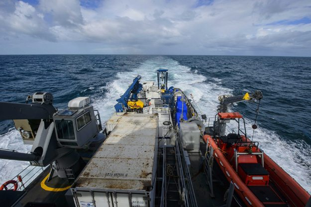 epa05005568 A handout picture made available by the US Navy on 01 November 2015 shows United States Naval Ship (USNS) Apache (T-ATF 172) sailing to search for the missing US flagged merchant vessel El Faro, at sea in the Atlantic Ocean, 21 October 2015. The ship is equipped with several pieces of underwater search equipment, including a voyage data recorder locator, side-scan sonar and an underwater remote operated vehicle. A search team found what it said was the wreck of a cargo ship that sank in last month's Hurricane Joaquin with the loss of 33 crew members, a US official said on 31 October 2015. 'The vessel was located at a depth of about 15,000 feet (4,500 meters) in the vicinity of its last known position,' the National Transportation Safety Board (NTSB) said. A search vessel detected the wreck using sonar on 31 October, and would deploy a remotely operated sub to confirm its identity as early as 01 November, it said. The 224-metre-long El Faro was bound for San Juan, Puerto Rico with a crew of 28 US citizens and five Poles, when last heard from 01 October near the Bahamas, as Joaquin was gaining strength over the archipelago. A full search with up to five planes, a helicopter, three cutters and three tugboats, as well as US Navy and Air Force resources, failed to find the boat after it lost communications.  EPA/US NAVY/JOHN KOTARA  HANDOUT EDITORIAL USE ONLY  Dostawca: PAP/EPA.