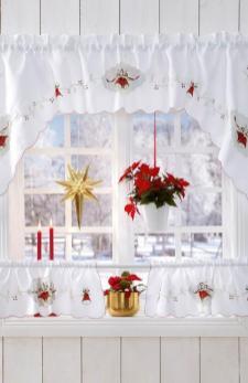 В роли украшения на окно стоит использовать вифлеемскую звезду - будет ярко, элегантно и красиво