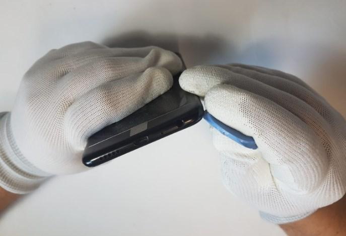 Демонтаж крышки батарейного отсека на телефоне Huawei P Smart