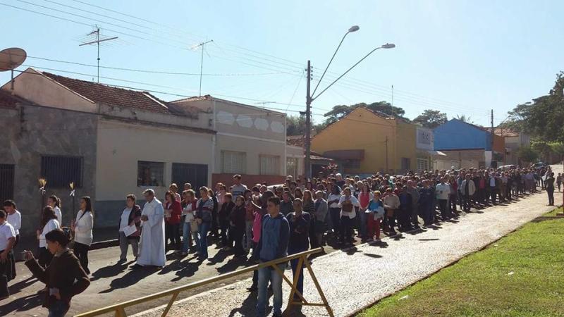 Procissão com fiéis percorreu diversas ruas ao redor da Matriz São José, em Cravinhos