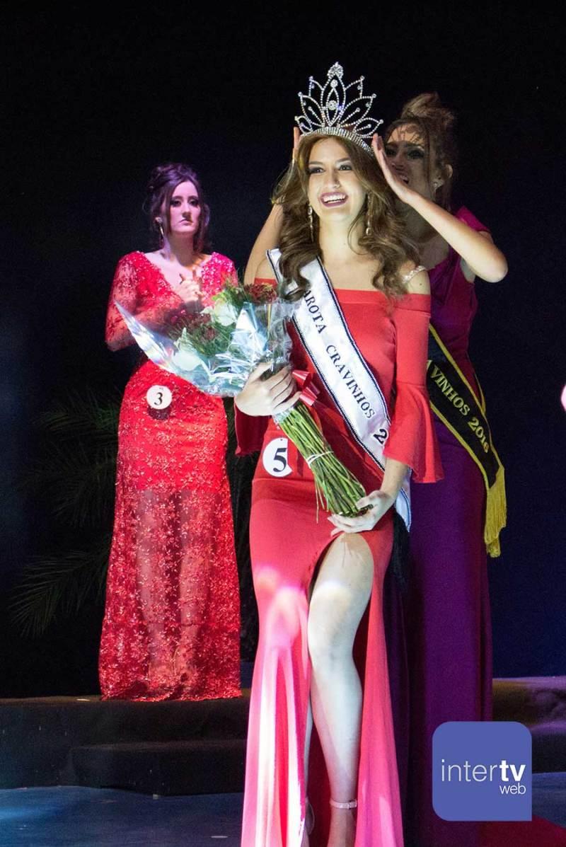 A jovem Maria Laura Bertolin recebe a coroa de Garota Cravinhos 2017