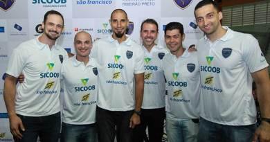 Elenco do Vôlei Ribeirão lança uniformes oficiais no LOL Sports Bar