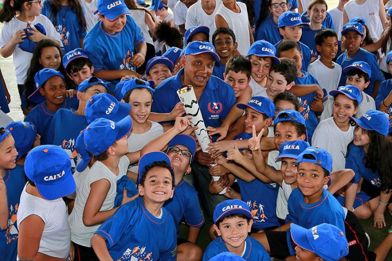 Medalhista olímpico visita alunos da rede pública de Ribeirão Preto