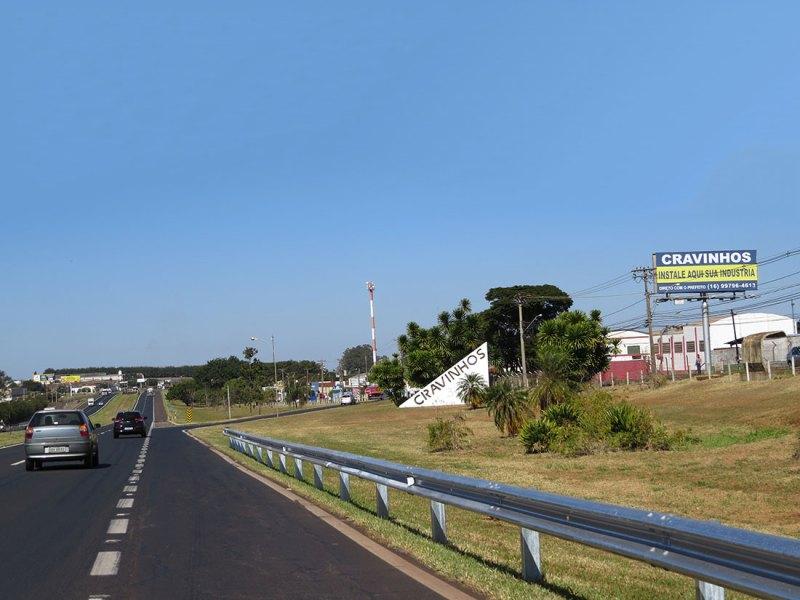 Uma placa na beira da rodovia Anhanguera coloca o empresário em contato direto com o prefeito da cidade