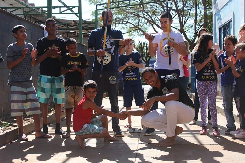 Capoeiristas do Amanhã se apresentam no Corafest