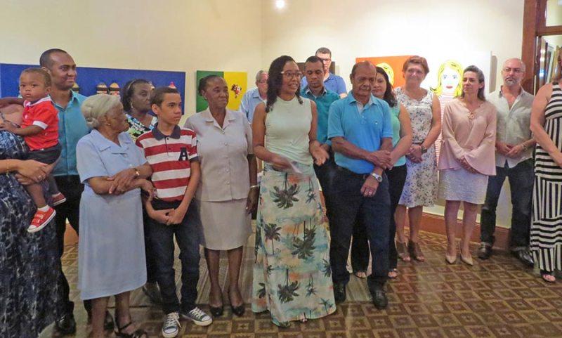 A escritora Lucimara Souza com seus familiares durante o lançamento do livro
