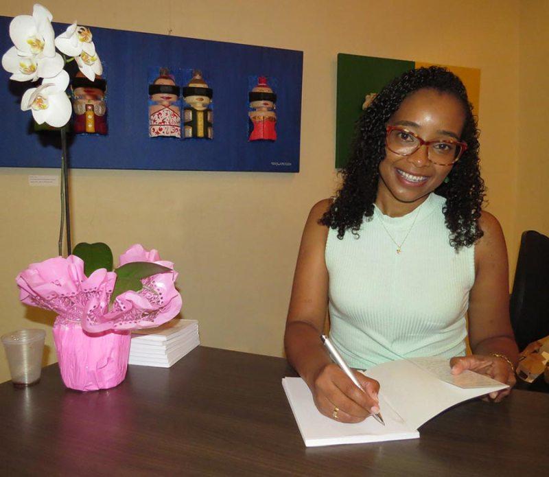 A escritora Lucimara Souza fez questão de autografar o livro para cada uma das pessoas presentes