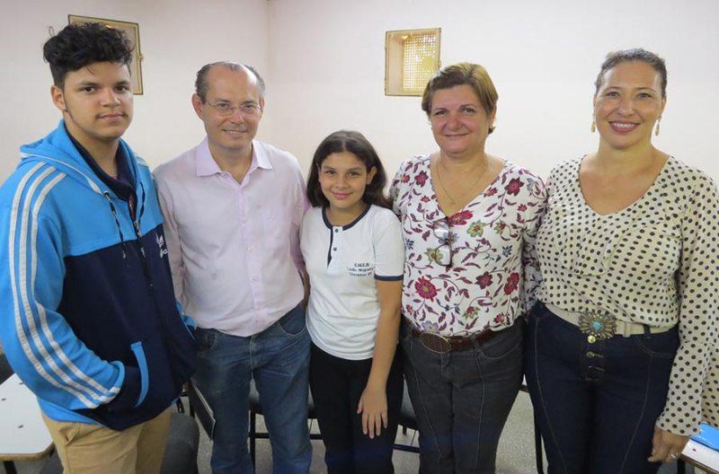 A pequena escritora Clara Cogo; o ilustrador Vitor Braz; o escritor Galeno Amorim; a coordenadora do projeto, Viviane Nunes e a diretora da EMEB. João Nogueira, Márcia Donato