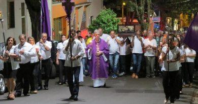 Procissão da Sexta-Feira Santa leva milhares de fiéis às ruas