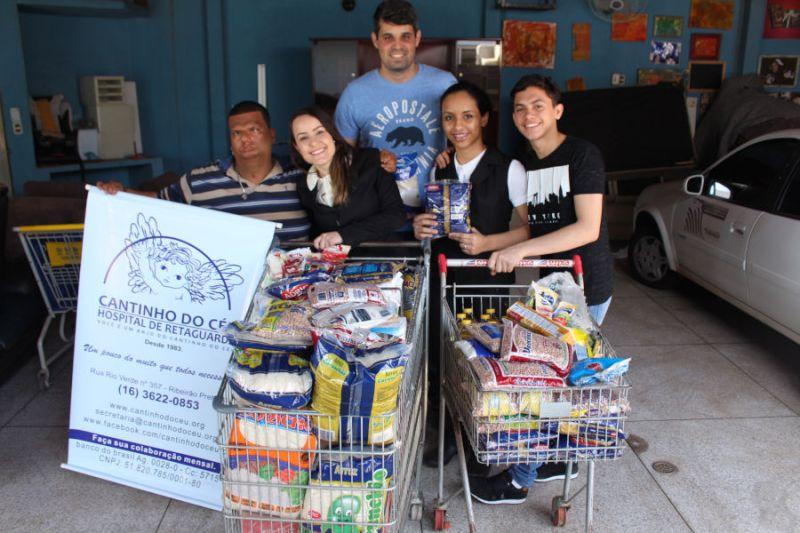 Voluntários do McDonald's doam alimentos para o Cantinho do Céu e GACC Ribeirão Preto