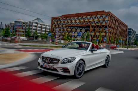 Mercedes-Benz C300 Cabriolet, designo diamantweiß bright, designo Leder Nappa bengalrot/schwarz. Kraftstoffverbrauch kombiniert: 7,1-6,7 l/100 km CO2-Emissionen kombiniert: 163-153 g/km // Mercedes-Benz C300 Cabriolet, designo diamond white bright, designo nappa leather bengal red/black. Fuel consumption combined: 7.1-6.7l/100 km Combined CO2 emissions: 163-153 g/km