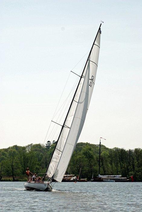 Norfolk Broads racer Maidie gets a new carbon fibre mast