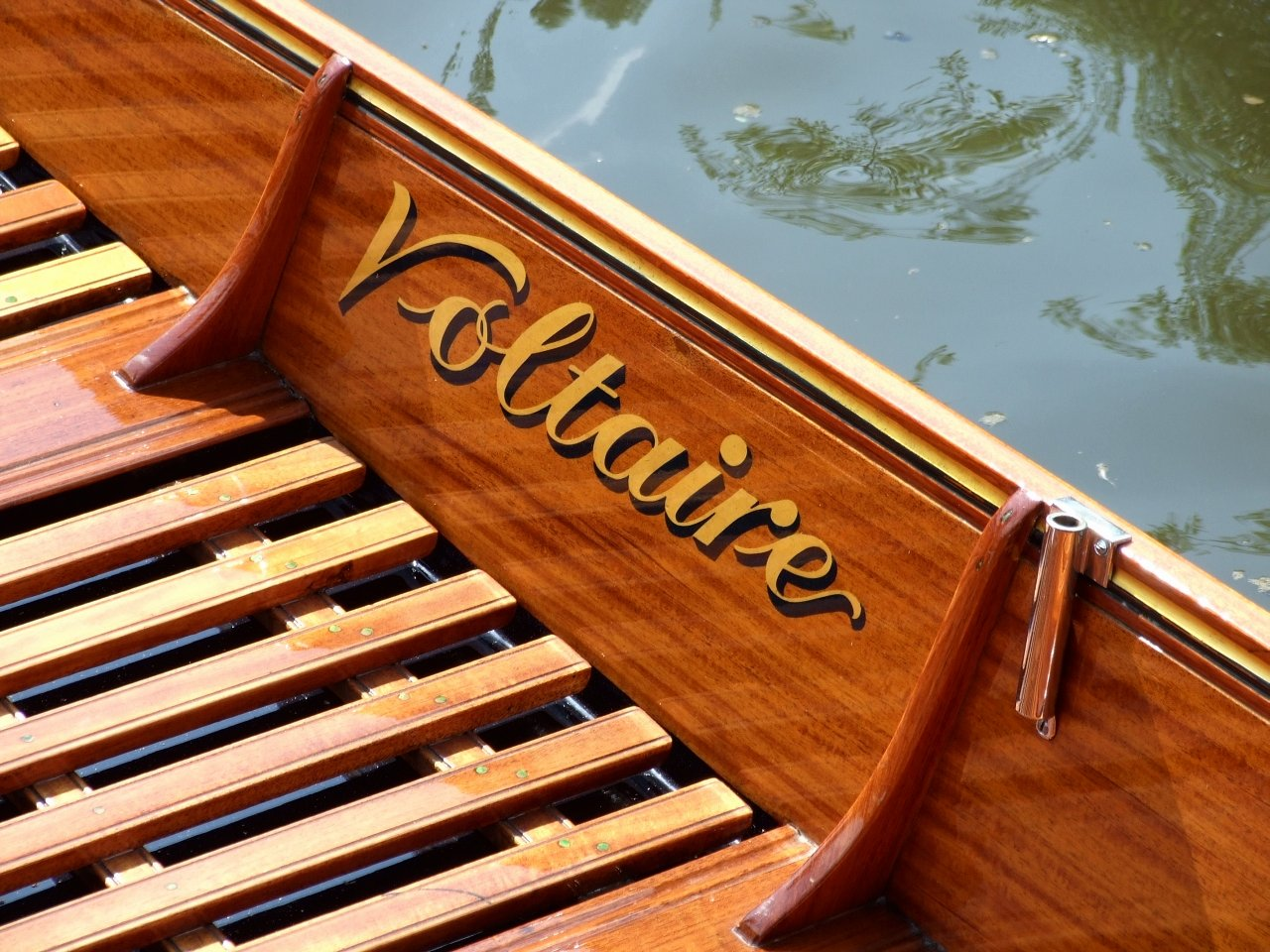 Electric punt Voltaire at the Beale Park Thames Boat Show – intheboatshed.net