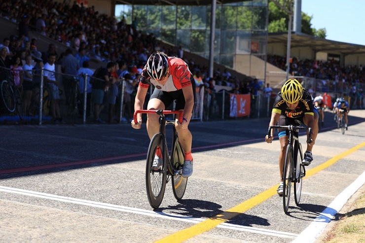 Elfriede Wolfaardt crossing the finish ahead of Magdalene Nicholson at the Paarl Boxing Day today. Photo: Owen Lloyd