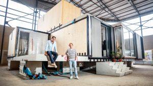 Joost Hoffman en Faraz Karamati van MOOS bij hun modulaire woning.