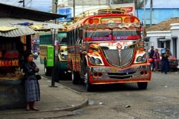 Farbenfroh auch die Busse in Guatemala