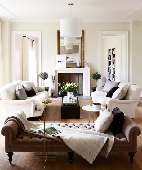 traditional-living-room-with-off-white-walls