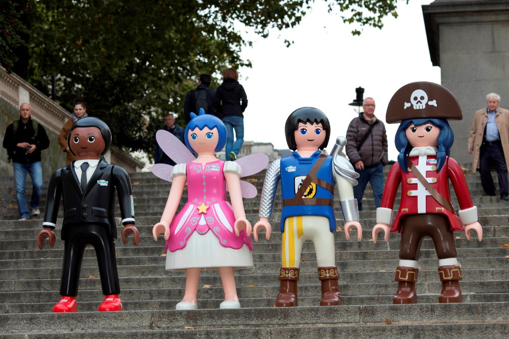 Children launch the hunt for limited edition 24 carat gold Playmobil inspired Super 4 Toys on four trails around London to launch the first ever toy range for the smash hit CITV series.   Visit www.super-4.co.uk to download your map 18.10.15