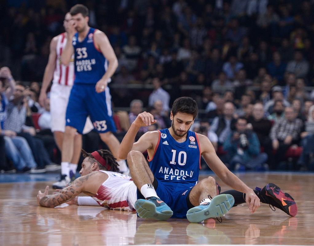 Ο Φουρκάν Κορκμάζ με την φανέλα της Αναντολού Εφές σε αγώνα με τον Ολυμπιακό (παίζει εκεί ο Βασίλης Χαραλαμπόπουλος) στην Ευρωλίγκα!