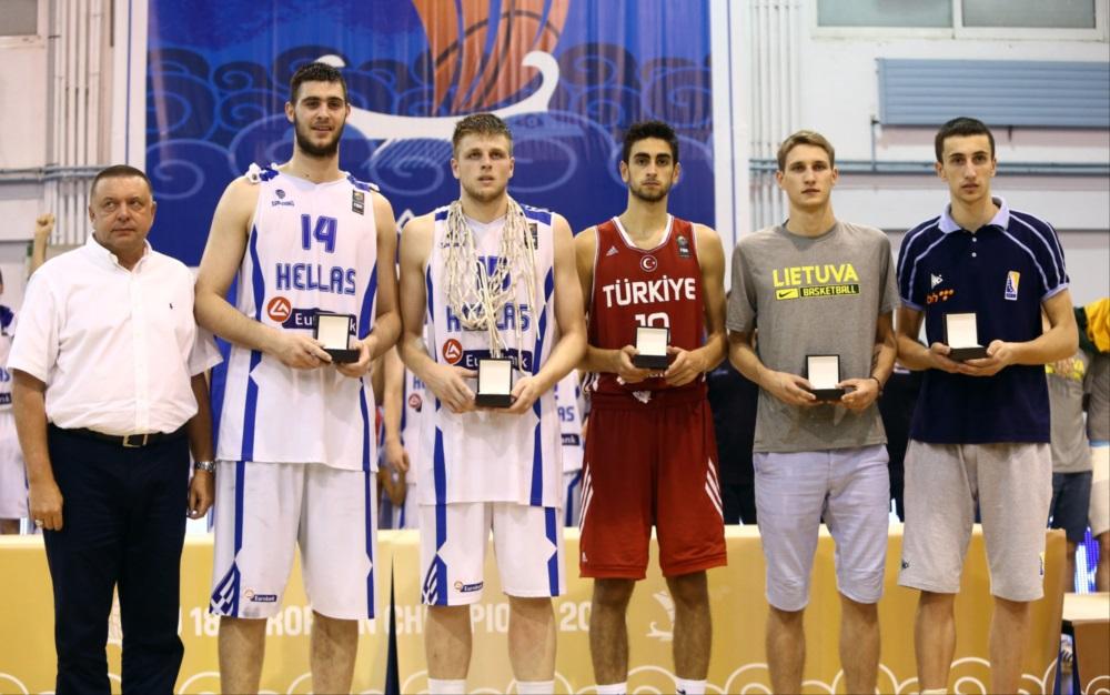 Η καλύτερη πεντάδα του Ευρωμπάσκετ Κ18 στον Βόλο το 2015: Γιώργος Παπαγιάννης και Βασίλης Χαραλαμπόπουλος από Ελλάδα, Φουρκάν Κορκμάζ από Τουρκία, Μαρτίνας Βάρνας από Λιθουανία και Έντιν Άτιτς από Βοσνία Ερζεγοβίνη (από αριστερά προς δεξιά)