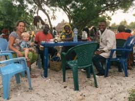 Zuckerfest am Strand (vlnr: Hamisi, Mwajuma, Mahamudo)