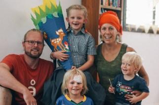 Familienbild mit Schulkind (Kalle: Z.n. Fahrradunfall)