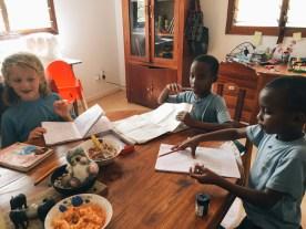 Hausaufgaben mit Freundinnen Deborah und Buyegi (vlnr)