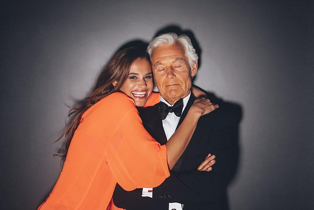 Картинка старик и девушка