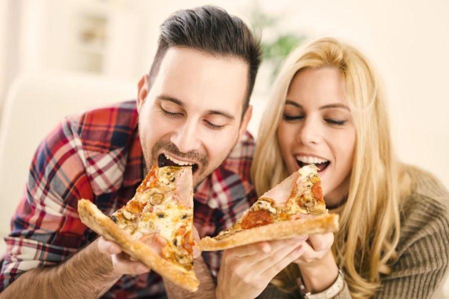девушка с парнем едят