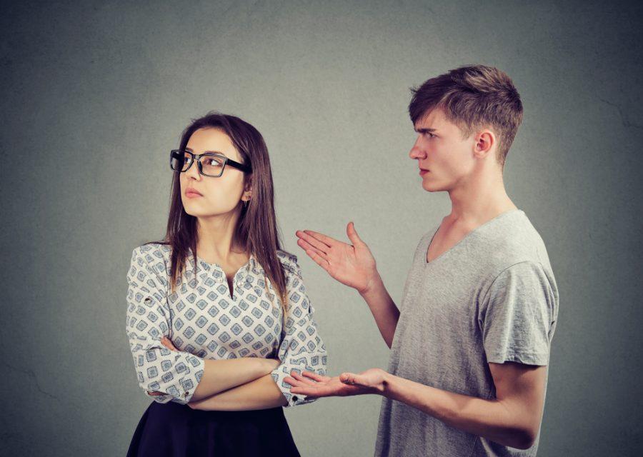 Парень и девушка выясняют отношения