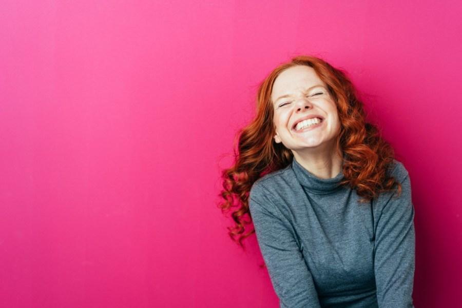 счастливая рыжая девушка