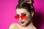 девушка на розовом фоне в очках