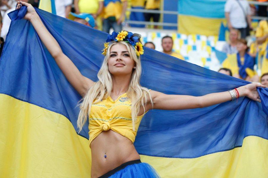украинка с флагом улыбается