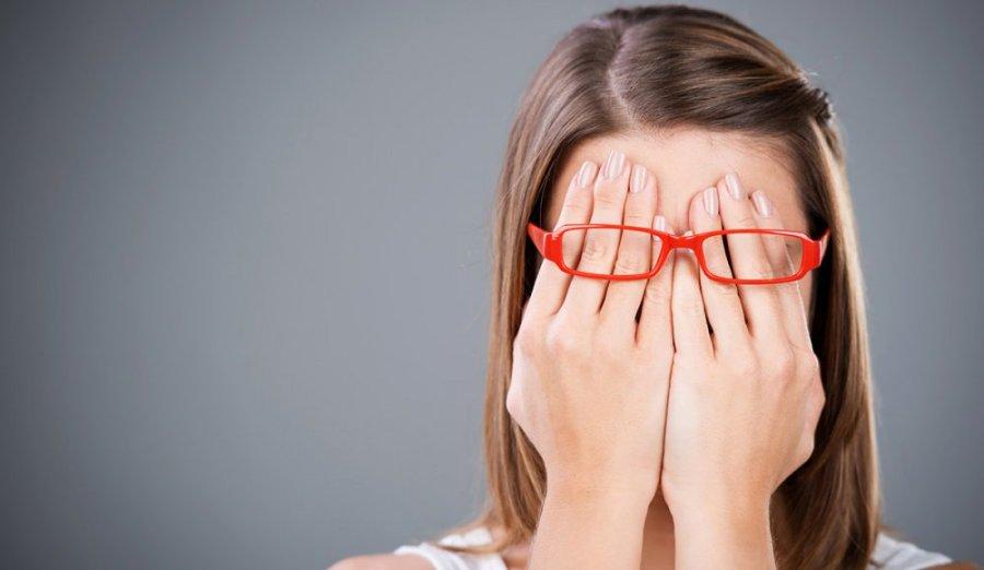 девушка закрыла лицо руками
