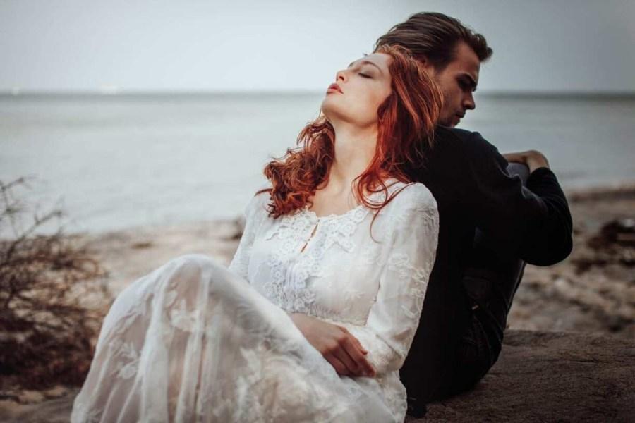 девушка и парень на пляже