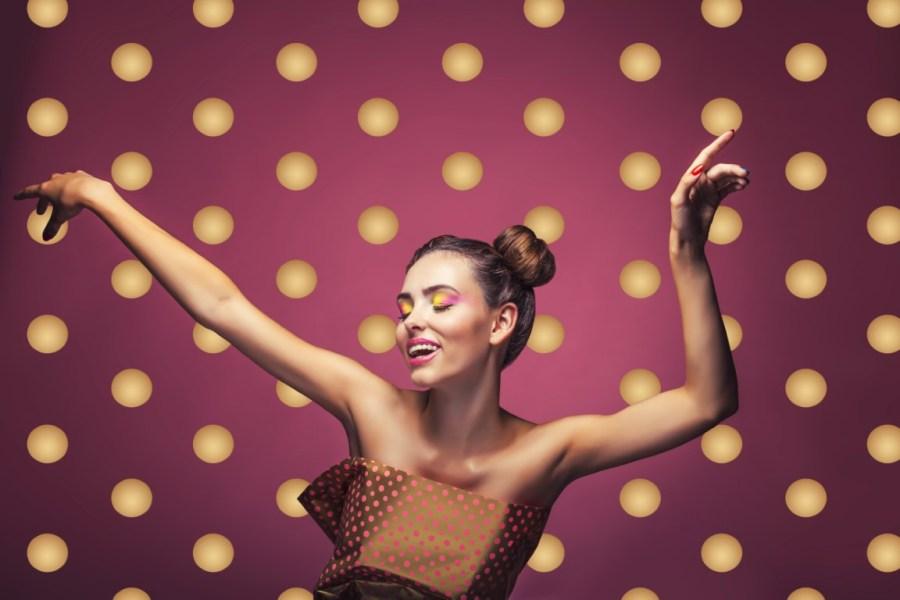 девушка в танце в платье в горошек